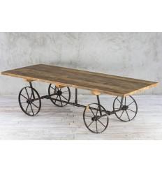 Stół - wóz ze starego drewna na kołach